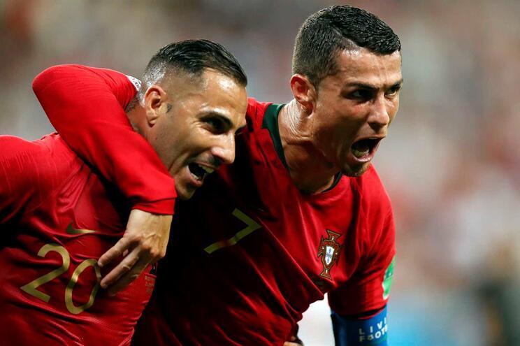 Quaresma e Cristiano Ronaldo festejam o golo que garantiu o apuramento de Portugal