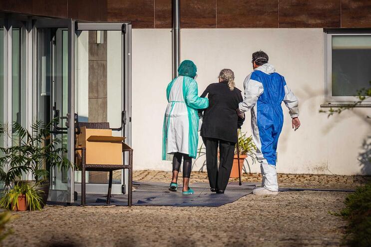 Uma utente com 80 anos de um lar em Arcos de Valdevez morreu infetada com Covid-19