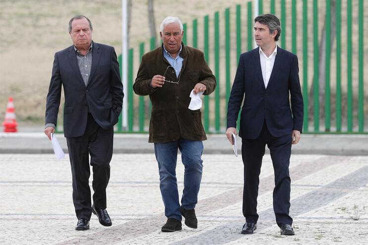 António Costa (ao centro) à chegada à reunião da Comissão Nacional, em Santarém
