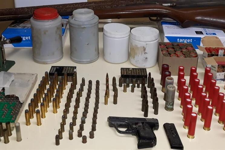 GNR descobre armas, munições e explosivos após desavença entre vizinhos