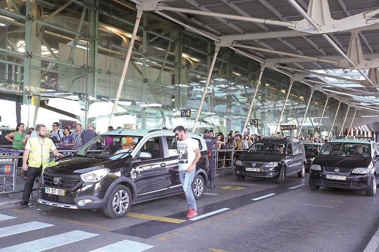 Milhares de pessoas entram e saem no aeroporto todos os dias