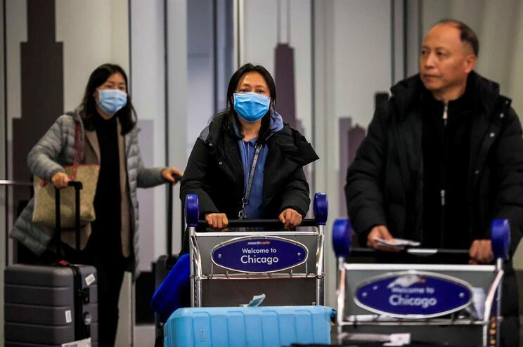 Passageiros chegam ao aeroporto de Chicago, nos EUA