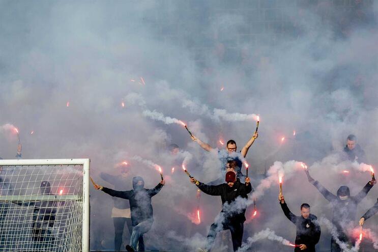 Adeptos do Feyenoord não costumam poupar nos artigos pirotécnicos e até já os usaram num treino antes