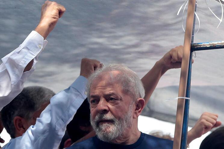 """Lula da Silva diz que Brasil é """"governado por um bando de malucos"""""""