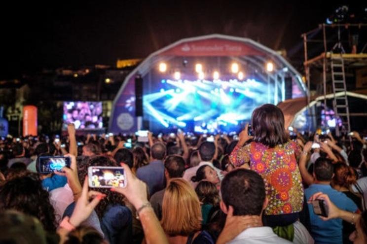 Nas últimas semanas, dezenas de espetáculos de música, teatro, dança, mas também festivais e digressões