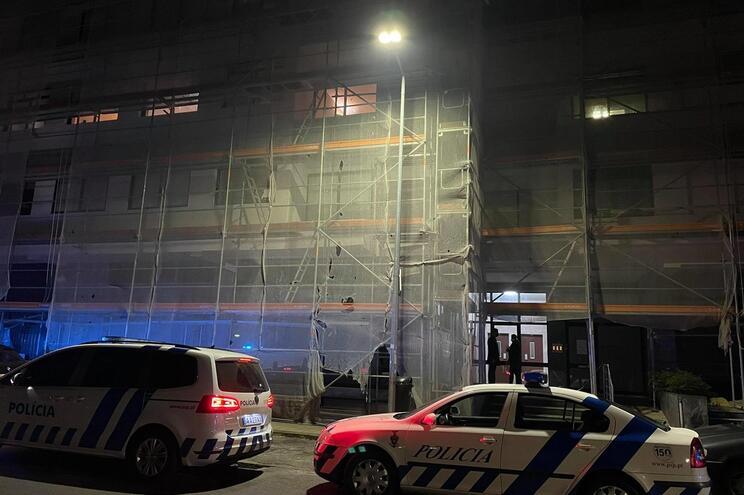 O incêndio ocorreu no quarto e último andar de um prédio na Rua Óscar da Silva, em Paranhos