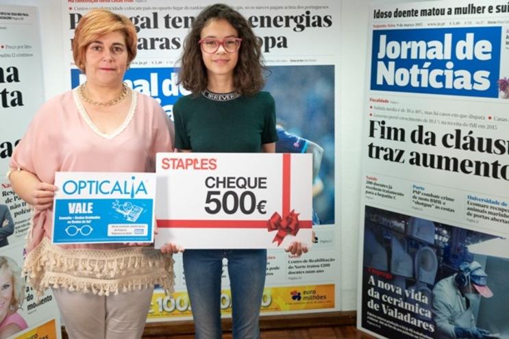 Gabriela Moreira e a mãe Rosa Madureira exibem os vales da Staples e da Opticalia