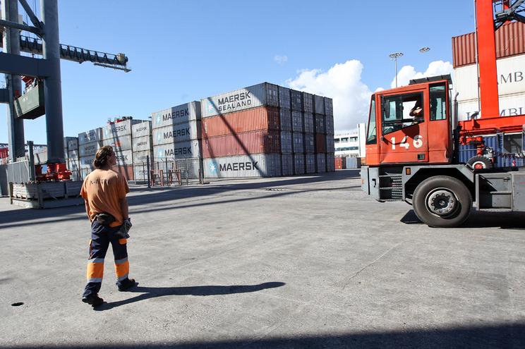 Lisboa, 04/ 10/ 2013 - Estivadores da Liscont no Terminal de Contentores de Alcantara. ( Natacha Cardoso/