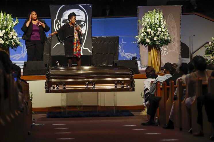 Centenas de pessoas lotaram a igreja, coroando seis dias de luto pela morte de Floyd, de 46 anos, que