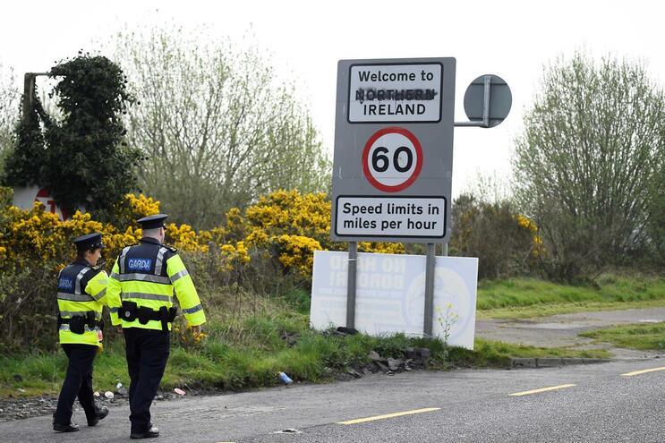 """UE não aceitará """"solução hipotética e provisória"""" para fronteira irlandesa"""
