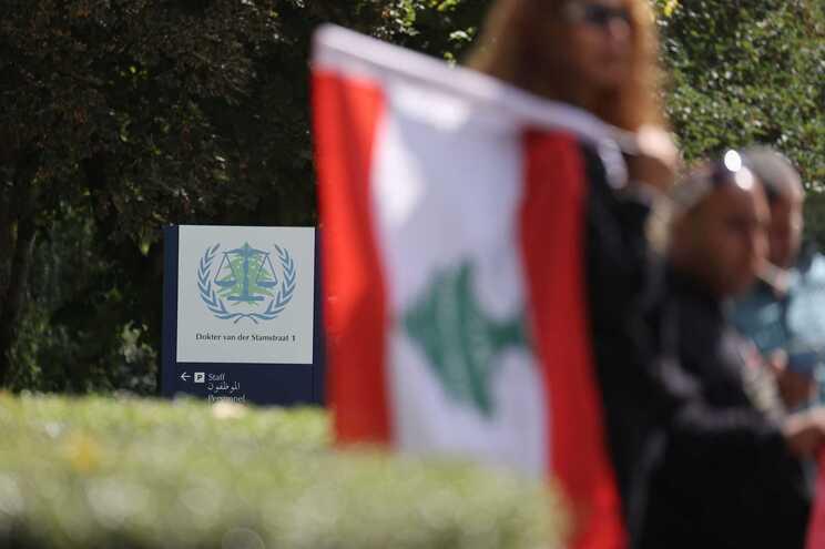 Pessoas juntam-se à porta do Tribunal Especial para o Líbano, apoiado pela ONU