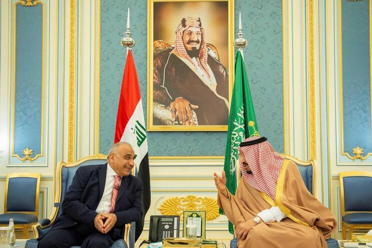 Adel Abdul Mahdi, à esquerda, com Salman bin Abdulaziz com