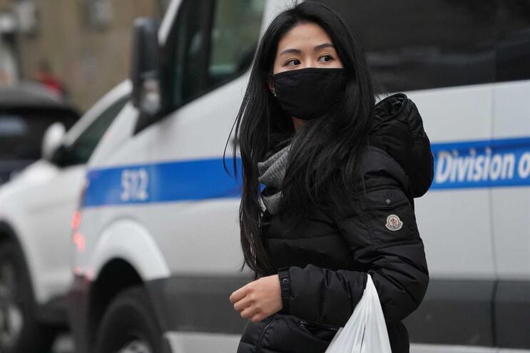 Mulher com máscara em Nova Iorque