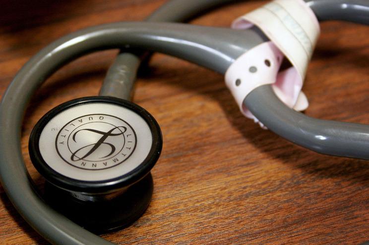 Parlamento vota fim detaxas moderadorasnos centros de saúde
