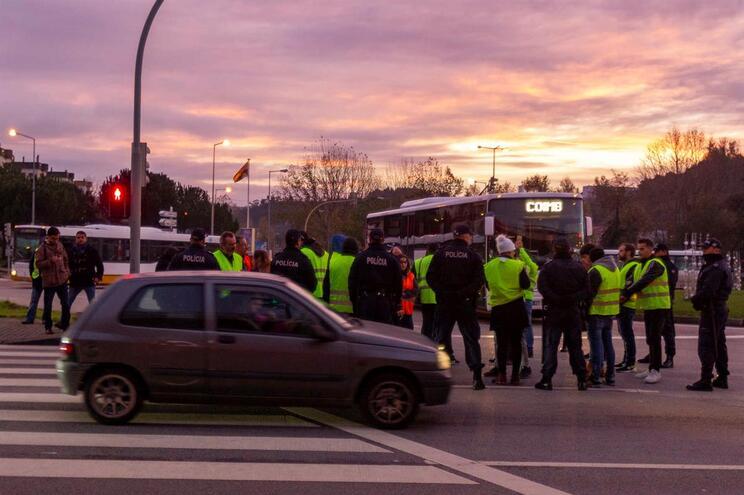 PSP abre processo disciplinar a agente filmado a abordar manifestantes