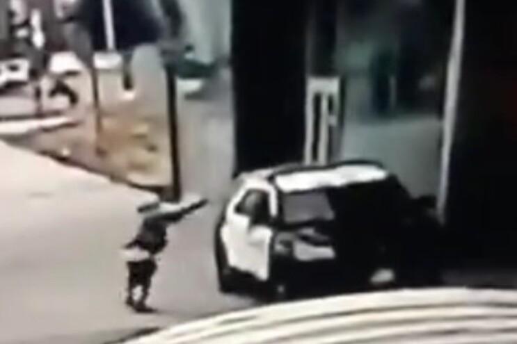 Vídeo mostra uma pessoa a aproximar-se do carro dos polícias e depois a disparar à queima-roupa e fugir