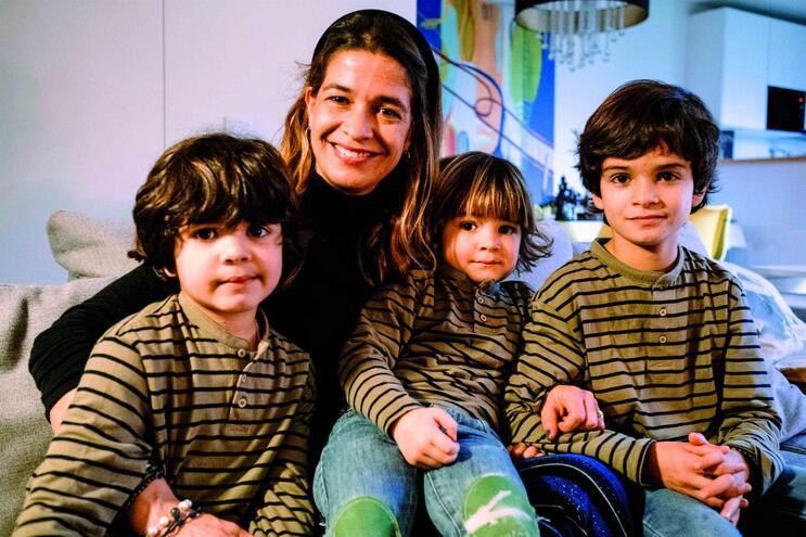 A partir da esquerda: Manuel, o irmão do meio; a mãe, Francisca Guimarães; José Maria, o mais novo; e
