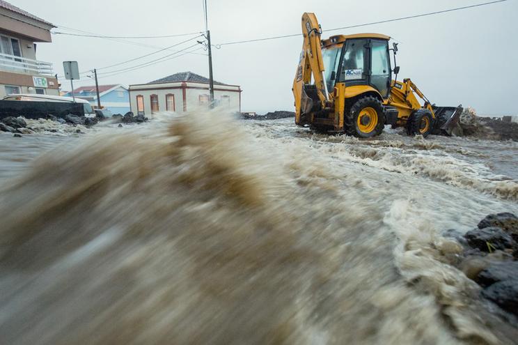 Chuva forte causou inundações em vias e habitações e pequenas derrocadas