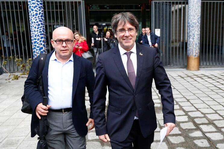 Carles Puigdemont à saída do Palácio da Justiça, em Bruxelas, na Bélgica, como um homem livre