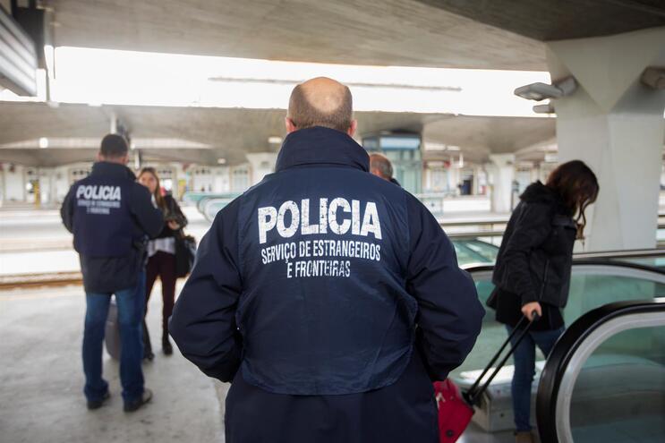 """Três funcionários do SEF, de 42, 43 e 47 anos, foram detidos """"por fortes indícios da prática de um crime"""