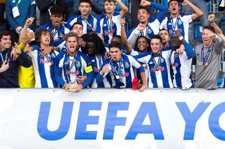 Campeões europeus de sub-19 cantam o hino do F. C. Porto na chegada à Invicta