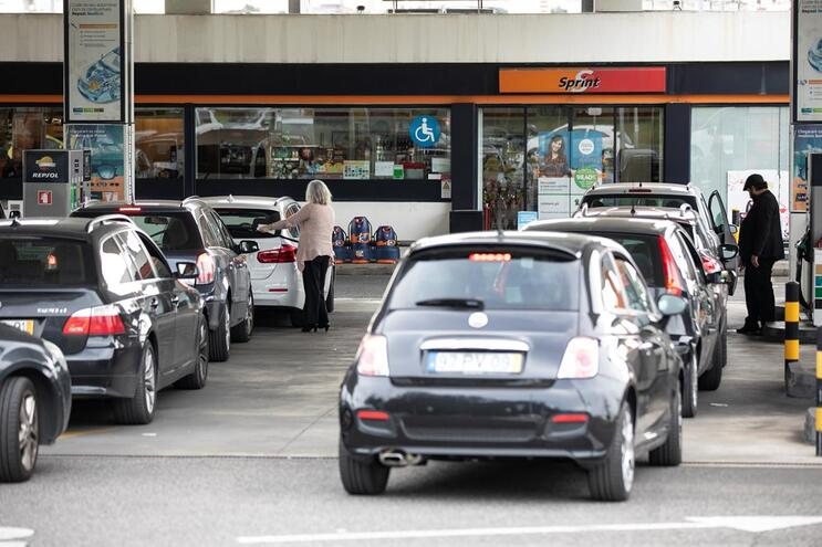 Condutores abastecem viaturas em postos de combustíveis antes que acabe os combustíveis, por causa da