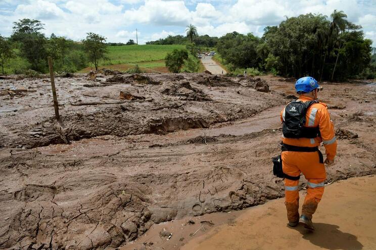 Rio de lama após rutura de barragem