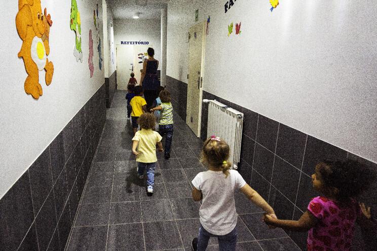 Crianças não são capazes de manter distanciamento social, alegam subscriotres da petição