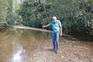 Mário Gomes, autarca de Aveleda e Rio de Onor, nos bancos de areia do rio Pepim