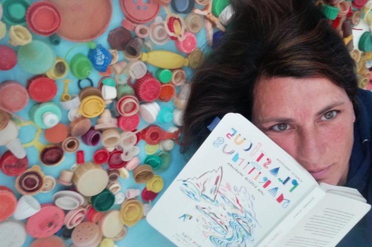 """Ana Pêgo desenvolveu o projeto """"Plasticus maritimus"""" que deu origem a um livro"""