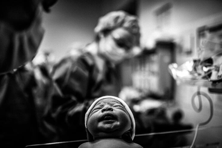 O grito do nascimento enquanto se salvam outras vidas