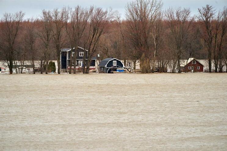 Mais de cinco mil pessoas retiradas de Montreal devido a rutura de um dique