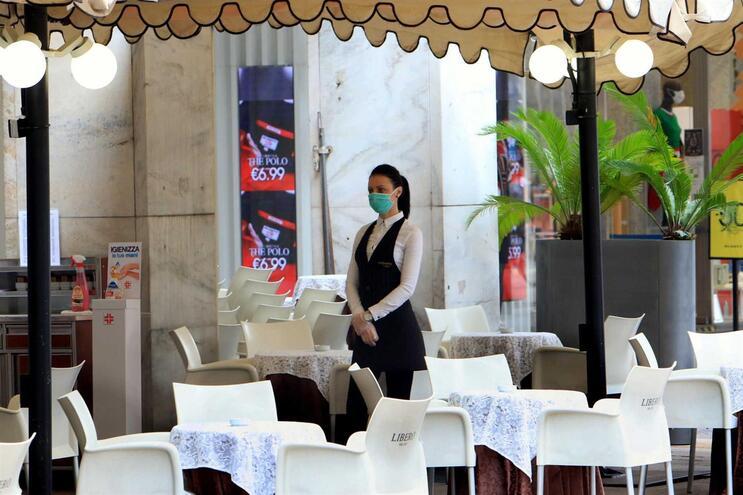 Milão ainda vazia. Itália tenta recuperar após a pandemia.