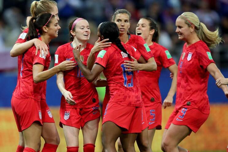 Norte-americanas iniciam defesa do título com maior goleada do Mundial