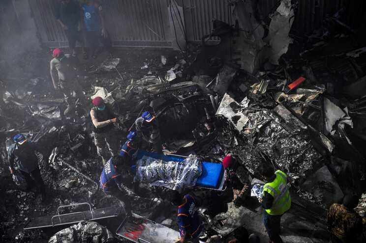 Destruição provocada pela queda do avião numa zona pobre de Karachi