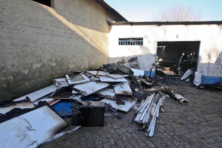 Incêndio destrói armazém de carpintaria em Custóias