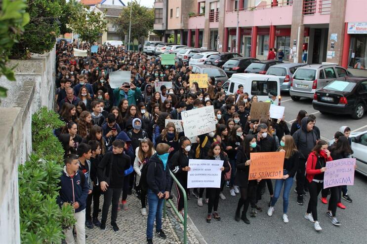 Estudantes e população exigem soluções para o problema dos maus cheiros em Alcanena