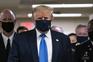 Donald Trump usa máscara em público pela primeira vez