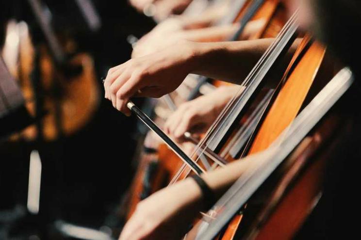 Ensemble de violoncelos ao vivo na redação do JN
