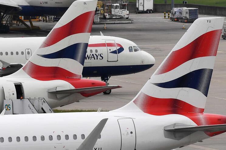 Rapaz de 13 anos embarca em avião sem bilhete e provoca caos em Heathrow