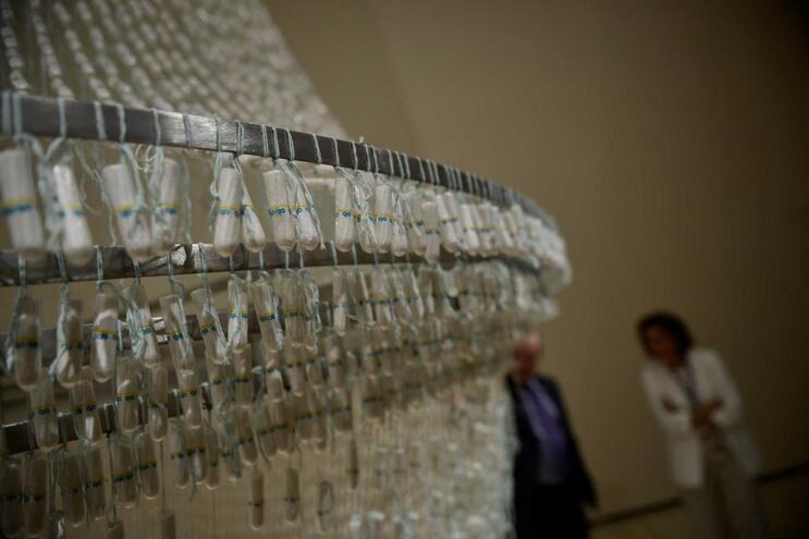 """Candeeiro feito com tampões - """"The Bride"""" (""""A Noiva"""") - feito pela artista portuguesa Joana Vasconcelos"""