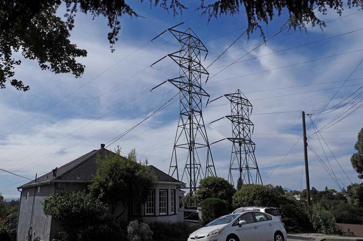 Califórnia faz cortes de eletricidade para prevenir incêndios