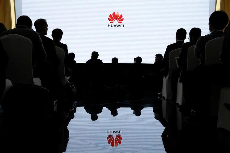 EUA acusam Huawei de fraude bancária e espionagem industrial
