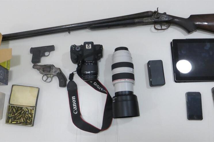 Os militares apreenderam duas pistolas, uma caçadeira, 121 munições de diversos calibres, um localizador