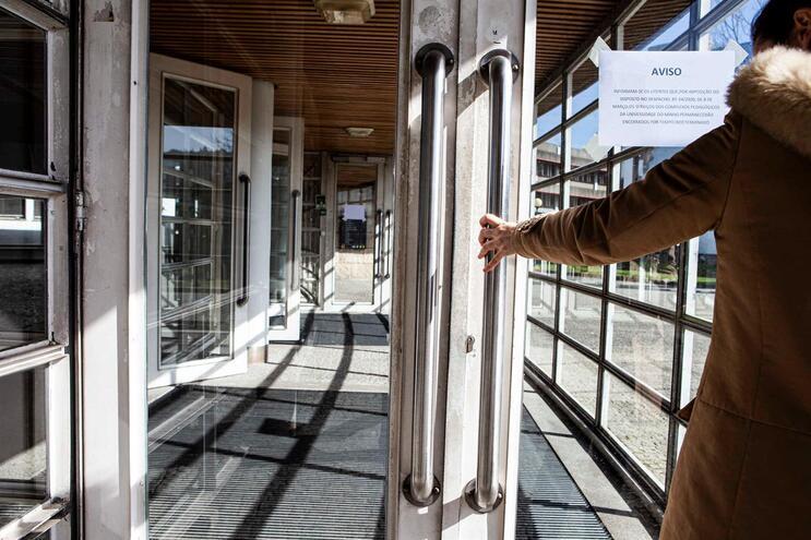 Vários serviços suspensos ou fechados em Portugal devido ao surto de coronavírus