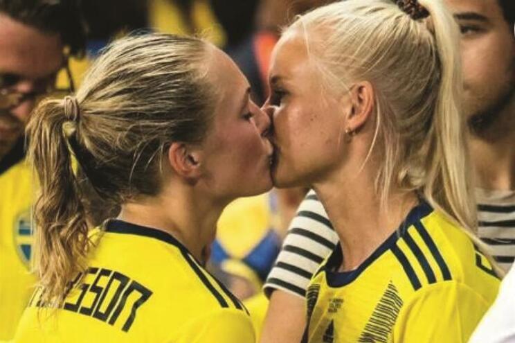 O beijo que corre o mundo. Foto de Simon Hastegård, da agência sueca Bildbyrån
