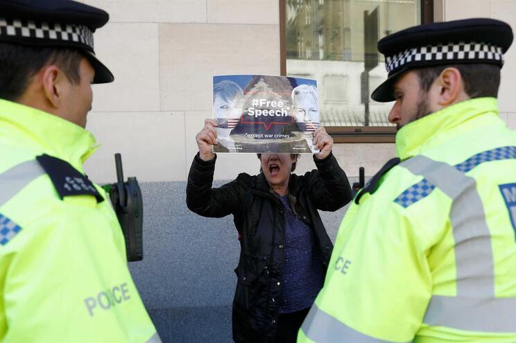 """Assange vai """"contestar e combater"""" pedido de extradição dos EUA"""