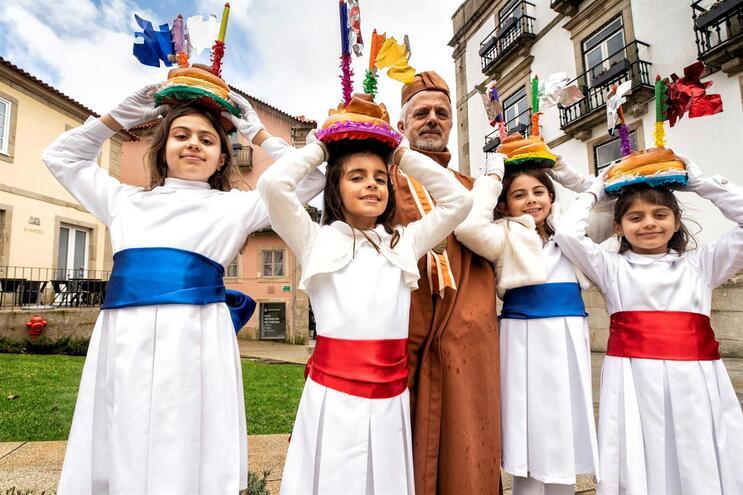 As quatro primas vão vestir-se a rigor e carregar a fogaça, sob o olhar atento do confrade Luís Nunes