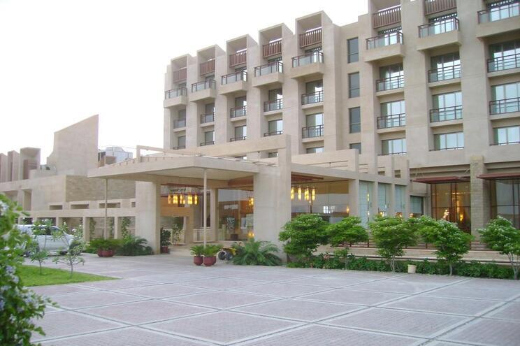 Ataque a hotel de luxo resulta na morte de três assaltantes e um segurança