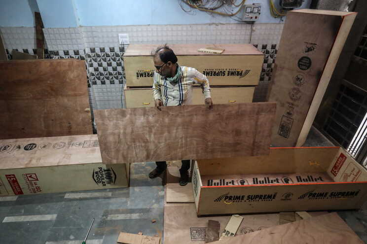 """Montagem de caixões """"low cost"""" em Nova Deli"""